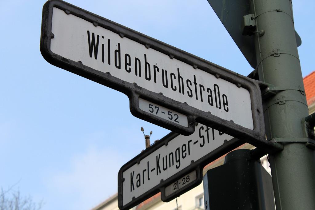 Hier wird ein Straßenschild dargestellt das an einer Straßenecke steht